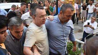 Der Streit zwischen den USA und der Türkei um den unter Hausarrest gestellten Pastor Andrew Brunson (Mitte) eskaliert: Das Weisse Haus hat Sanktionen gegen die Türkei verhängt. (Archivbild)