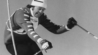Bernhard Russi, der Abfahrts-Olympiasieger von Sapporo 1972, schlängelt sich für einmal durch die Slalomstangen.