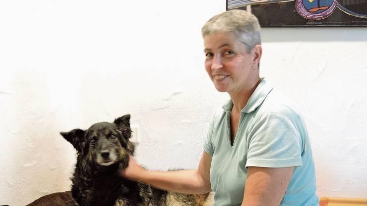 Tierärztin Gaby Meier betreut Hündin Anja.