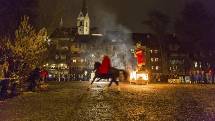 Mit dem Prozess gegen den und der Verbrennung des Füdlibürgers im Graben wird in Baden die Fasnacht eingeläutet.