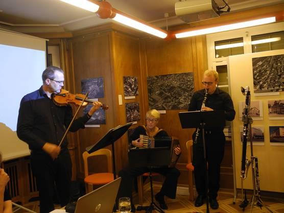 Das Trio Trello begleitete die Veranstaltung musikalisch: Arnets Sohn (rechts) und ihre beiden Geschwister.