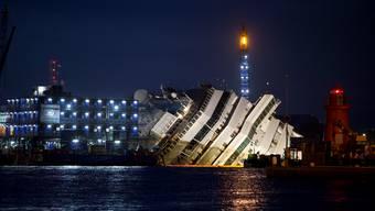 Die Costa Concordia wird vom Felsen gehoben