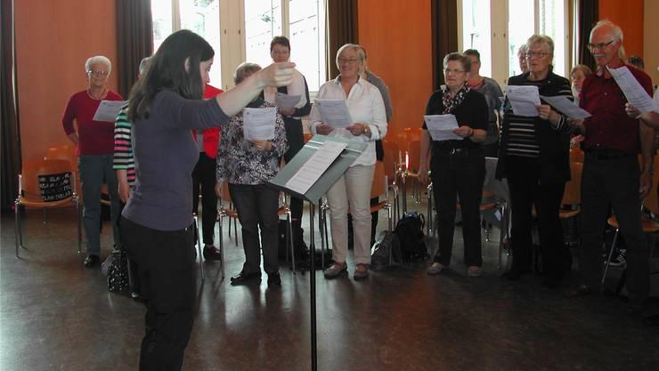 Co-Kursleiterin Brigitte Scholl konnte die Singenden mit viel Engagement «packen».