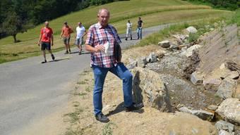 Bauleiter Patrick Blétry erklärt direkt am renaturierten Ibisguetbach die ausgeführten Hochwasserschutzmassnahmen.