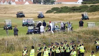 US-Präsident Donald Trump (mit weisser Kappe) vergnügt sich am Wochenende unter schärfsten Sicherheitsvorkehrungen in seinem Golfclub in Schottland.