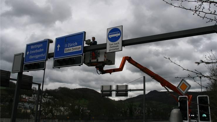 Christian Häfeli von der Regionalwerke AG Baden befestigt eine Registrierungskamera bei der Siggenthalerbrücke. -rr-