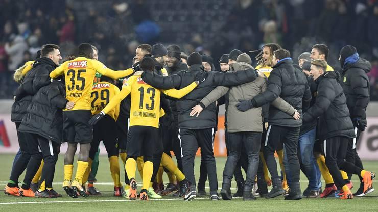 Die Berner Spieler und ihr Staff feiern nach dem Spiel.