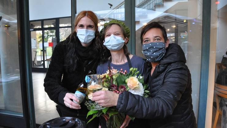 Liz Kuhn (links), Käth Galizia und Corinne Manimanakis verabschiedeten sich am Samstag von ihren Gästen.