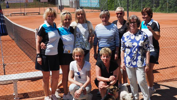 3. Liga-Damenmannschaft 40+ mit tierischer Begleitung