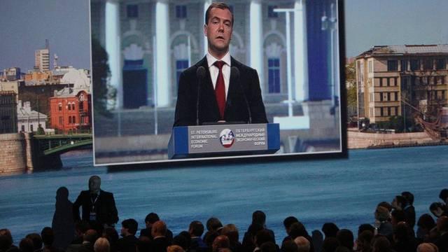 Dmitri Medwedew spricht am Wirtschaftsforum in St. Petersburg