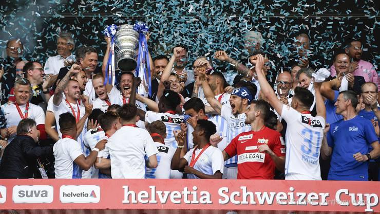 Die Zürcher stemmen den Pokal in die Höhe.