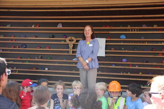 Vizeammann Andrea Metzler fragt die Kinder, wie ihnen das Bauwerk gefällt.