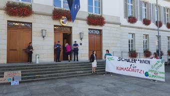 Schülerinnen und Schüler demonstrieren vor dem Grossratsgebäude für ein griffiges Energiegesetz.