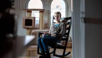 Die Wohnung sei ihre «Oase», in welcher sie sich von ihrer Erkrankung erholen kann. Gleichzeitig hat Corinne Widmer Angst, ihre Wohnung aufgrund von ihrer Erschöpfung zu verlieren.