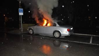 Flammen schiessen aus dem Auto.