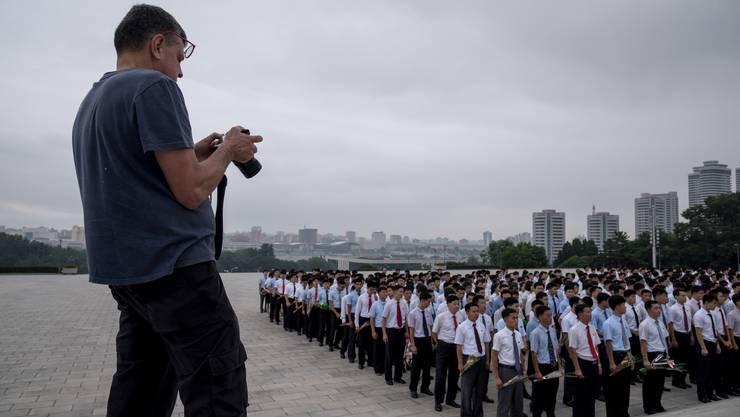 Die offen zur Schau gestellte unterwürfige Disziplin der Nordkoreaner – hier eine Gruppe, die dem verstorbenen Staatschef Kim Jong Il huldigt – ist eine der Hauptattraktionen für westliche Touristen.