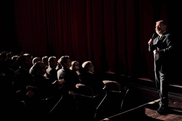 """Ballett-Chef des Theaters Basels Richard Wherlock begrüsst die Besucher zu einer Kostprobe des Märchenballetts """"Snow White""""."""