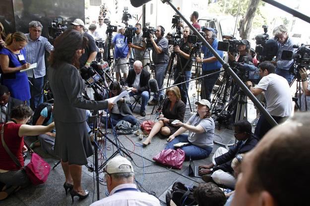 Lisa Damiani, Anwältin und Sprecherin der Familie von James Holmes, wird belagert.