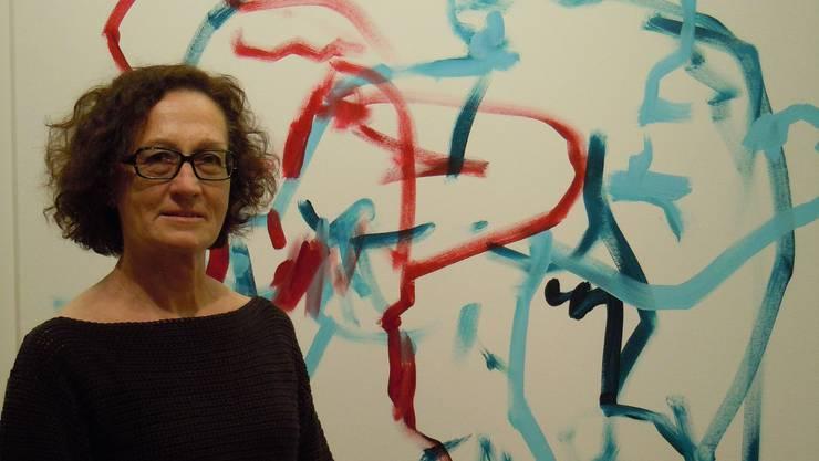 Galerieleiterin Drahu Kohout vor einem Bild der jungen Künstlerin Marinka Limat
