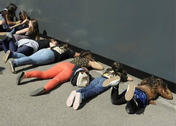 Mädchen versuchen vor dem Hallenstadion einen Blick zu erhaschen
