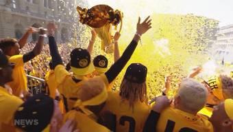 YB feiert seit heute Nachmittag seinen Meistertitel. Die Spieler marschieren mit dem Meisterpokal ins Stadion für die legendäre Meistersause.