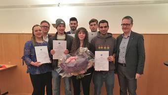 Die fünf erfolgreichsten Lehrabgänger, zusammen mit dem Dietiker Stadtpräsidenten Roger Bachmann (SVP, rechts), Jan Ammermann, HR-Verantwortlicher der SFC Koenig AG (links), und Swiss-Skills-Siegerin Mateja Vuk (Mitte).
