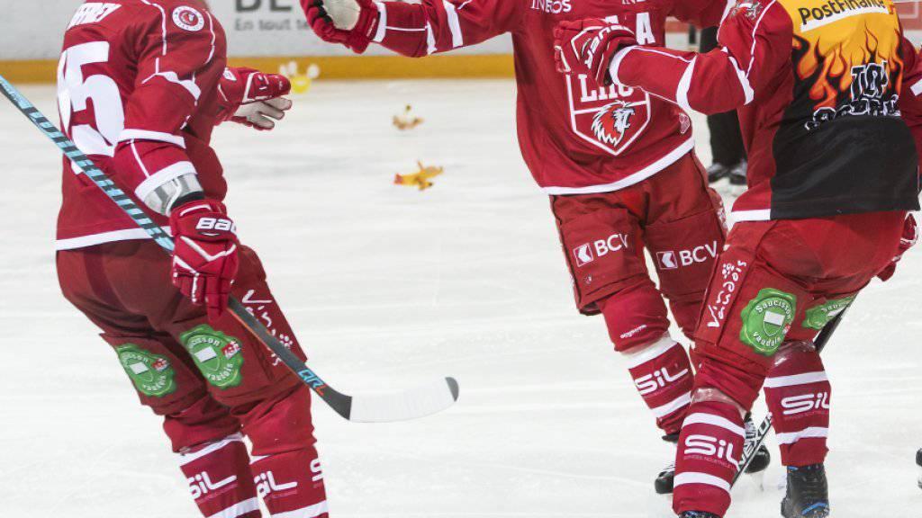 Dustin Jeffrey und seine Teamkollegen vom HC Lausanne bejubeln das 1:0 gegen Biel nach nur 39 Sekunden