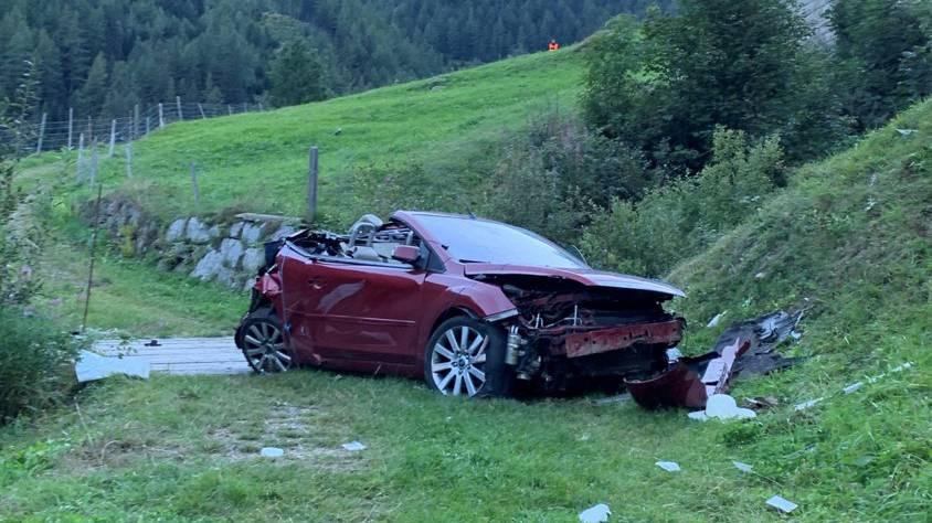 Cabriolet stürzt 35 Meter ab – ein Toter, zwei Schwerverletzte