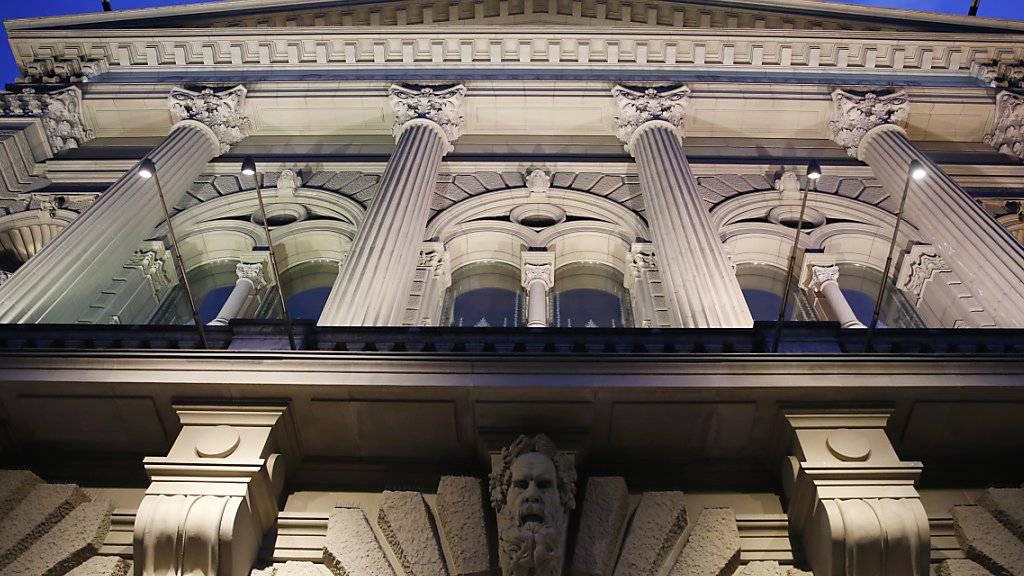 Nächtliche Beleuchtungen wie beispielsweise die Scheinwerfer an der Fassade des Bundeshauses sind laut der Stiftung Landschaftsschutz unnötig. (Archivbild)