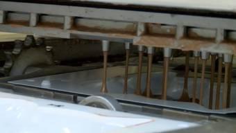 Giessen, verteilen, kühlen, verpacken: Ein seltener Einblick in die Osterhasen-Produktion.