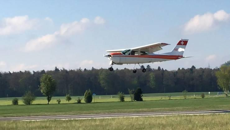 Diese Cessna versuchte zu landen, musste aber durchstarten, weil das Fahrwerk nicht funktionierte.