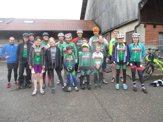 Die grosse Gruppe der VCK-Fahrer nach Heubergrennen im Ziel.