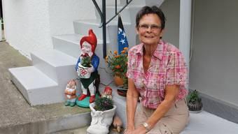 Monika Hofer auf ihrem Lieblingsplatz neben dem Gartenzwerg, den sie selber bemalt hat.