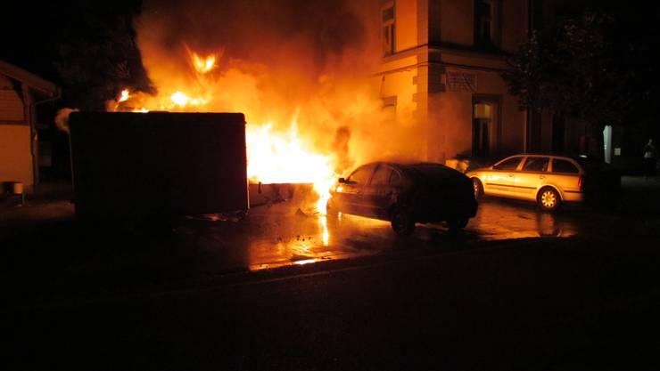 Drei Fahrzeuge und zwei Anhänger wurden in der Nacht durch einen Brand zerstört