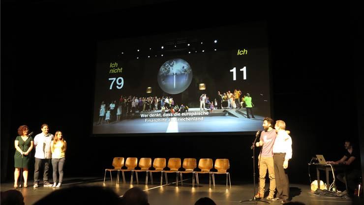 «Ich» oder «Ich nicht»: Die fünf Athener beantworten im Kurtheater Baden die gleichen Fragen wie bei der Aufführung vor sieben Jahren.