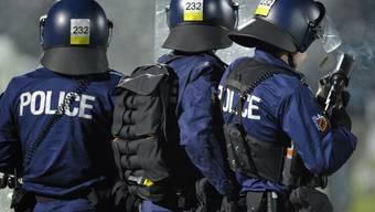 Polizei feuert mit Tränengas auf Basler Demonstranten