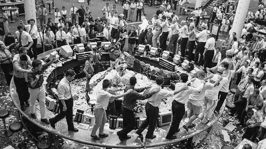 Tanz der Börsianer auf den Tischen der Börse in Zürich in der Nacht auf den 1. August 1996: Die Börse zieht um, in Zukunft wird vor dem Bildschirm und nicht mehr vom Ring aus gehandelt (Archiv).