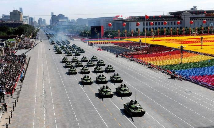 Machtdemonstration: Chinesische Panzer rollen über den Asphalt.