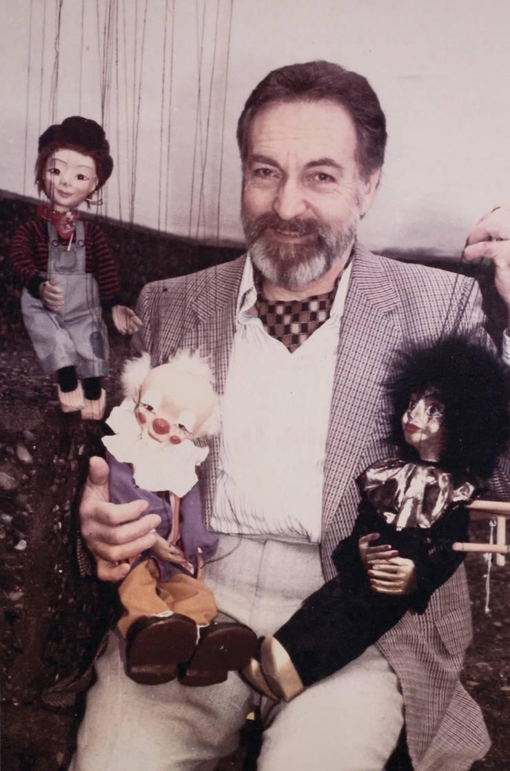 Toni Kyburz um 1975 mit seinen Figuren.