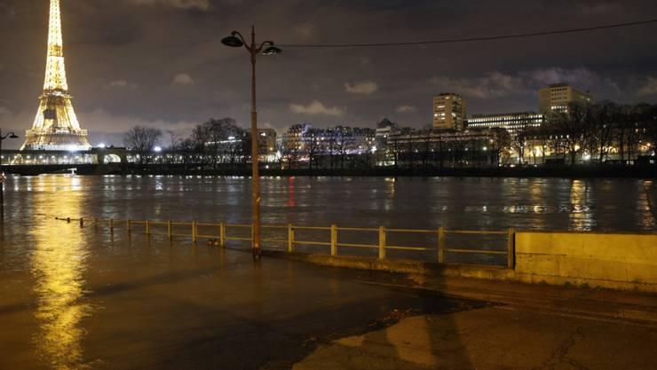 Überflutete Strasse entlang der Seine in Paris.