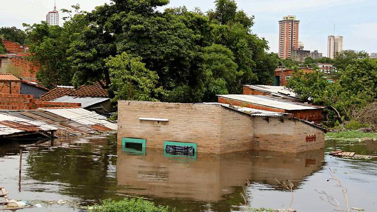 Auch in Südamerika sorgen heftige Regen für Hochwasser - in Paraguay verliessen 100'000 Menschen ihre Häuser.