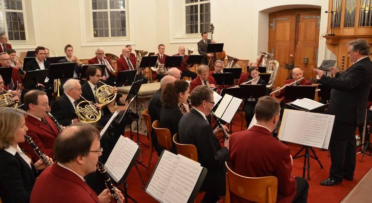 Dirigent Roman Brogli hat die Stadtmusikanten mit hoher Kompetenz im Griff.