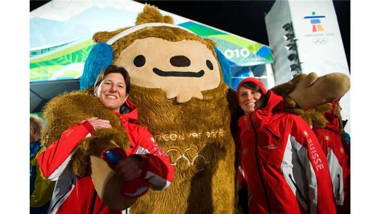 Der Bär ist los bei den Freestylern Evelyne Leu (links) und Tanja Schärer.