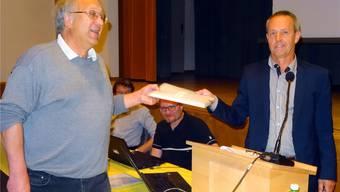 Max Sterchi (links) übergibt dem Herznacher Gemeindeammann Thomas Treyer die Petition gegen den Bau der Aushubdeponie. GHI