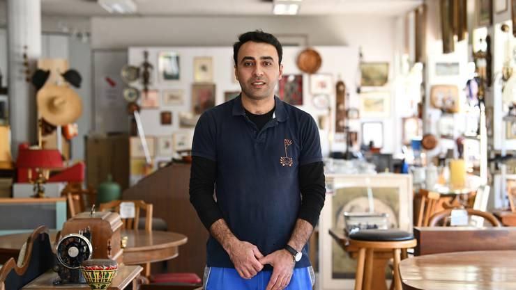 Will kein Held sein: Fanar Ali (33), hier an seinem Arbeitsplatz, der Brockenstube in Birsfelden.
