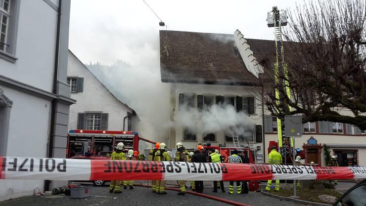 """Im Gasthaus """"zum Schlüssel"""" bricht kurz vor Freitagmittag (14. Dezember 2018) ein Brand aus."""