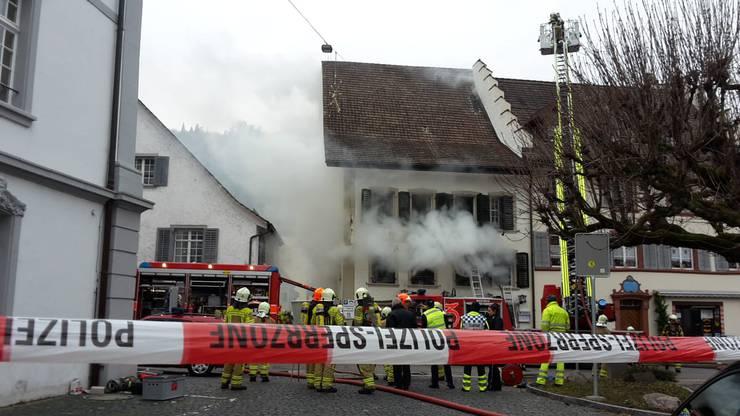 """Die Bilder zum verheerenden Brand: Im Gasthaus """"zum Schlüssel"""" bricht kurz vor Freitagmittag (14. Dezember) ein Brand aus."""