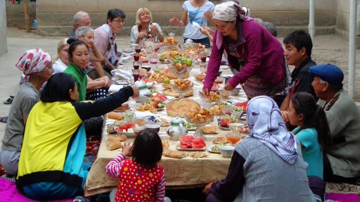 Solange noch ein Teller Platz hat, ist ein Tisch nicht gedeckt in Kirgistan. Beim Servieren lassen sich die Kirgisen Zeit.