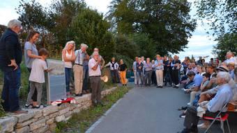 GOV-Präsident Peter «Pitsch» Isler erzählt den Paten und Gönnern des Rebbergs beim Rebebänkli die Geschichte des Weinbaus in Wohlen.