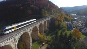 Voller als auch schon: Eine Komposition der S9 auf dem Rümlinger Viadukt. (Archivbild)